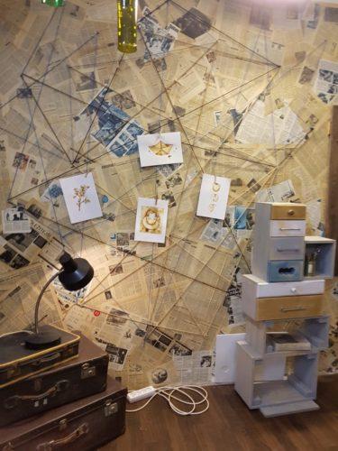 obrázky malované kávou ve studiu televize Nova